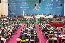 """""""En nuestra egoísta búsqueda por la Riqueza y el poder, estamos destruyendo de manera despiadada los prospectos de la juventud actual""""- Hazrat Mirza Masrur Ahmad"""